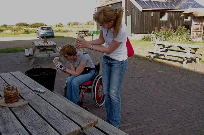 Kerkuilen van ring voorzien met assistentie van twee dames.